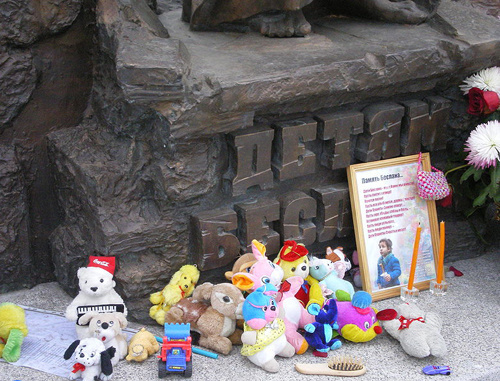 Toys by a Beslan Monument. Russia, St. Petersburg, August 2007.  Photo b  AndreyA, commons.wikimedia.org