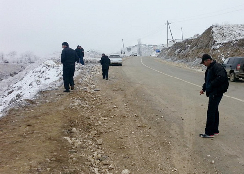 Upset of the car in the 146th kilometre of the Mamrash-Tashkapur highway near the village of Shovkra in the Laksky District of Dagestan. January 30, 2014. Photo by the press service of the GIBDD (traffic police)
