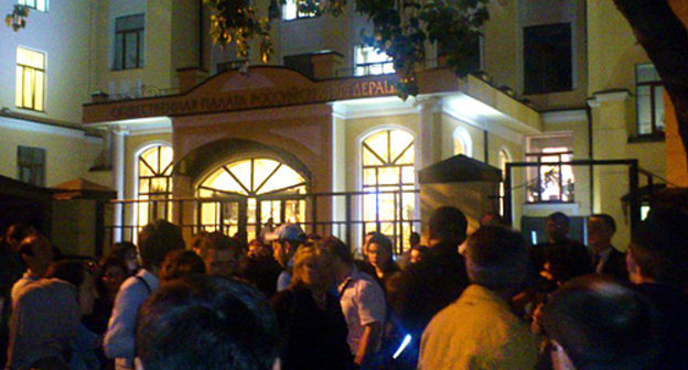 Supporters of Aliy Totorkulov and Ruslan Kurbanov gathered at the Public Chamber late at night on May 30, 2014. Photo: Federal National and Cultural Autonomy of Russia's Lezgins, http://flnka.ru/glav_lenta/6539-kavkaz-ne-pustili-v-obschestvennuyu-palatu.html