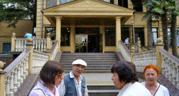 "Community and witnesses in the case against Oleg Sheveiko near the building of the Central District Court of Sochi. June 2, 2014. Photo by Svetlana Kravchenko for the ""Caucasian Knot"""