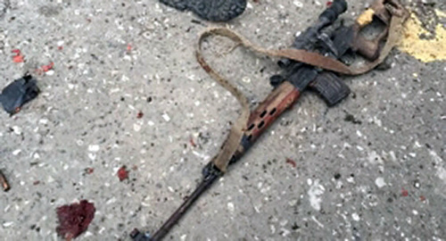 A submachine gun on the asphalt. Photo: http://chechnyatoday.com/content/view/282177