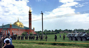 Police cordons off the Nasyr-Kort mosque. Ingushetia, June 5, 2015. Screenshot from the video posted by the 'Caucasian Knot'.