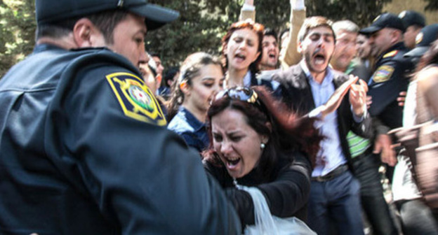 "The police detains the protesters against the ""Nida"" activists conviction. Baku, May 6, 2014. Photo by Aziz Karimov for the ""Caucasian Knot"""