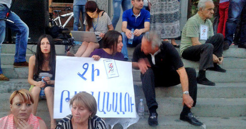 Protesters against the increase of electricity tariffs, Yerevan, June 21, 2015. Photo by Armine Martirosyan for the 'Caucasian Knot'.