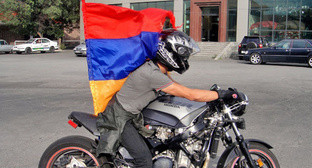 Participant of a motor rally against increase of electricity tariffs, Yerevan, June 24, 2015. Photo by Inessa Sargsyan for the 'Caucasian Knot'.