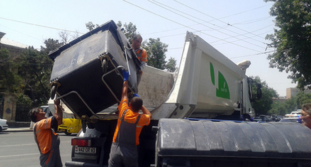 "Taking-away the garbage cans from the  Baghramyan-Demirchyan crossroads the next day after the activists' dispersal. Yerevan, July 7, 2015. Photo by Armine Martirosyan for the ""Caucasian Knot"""