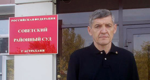 "Igor Stenin near the building of the court in Astrakhan. Photo by Yelena Grebenyuk for the ""Caucasian Knot"""