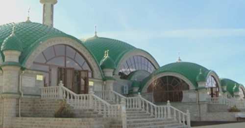 "Entrance to the mosque in the village of Sernovodskaya. Photo: , the Chechen State TV and Radio Company ""Grozny"", YouTube.com"