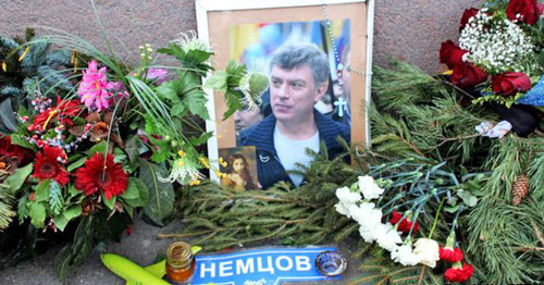 Flowers and portrait at the place of Boris Nemtsov murder, Moscow. Photo: Mumin Shakirov (RFE/RL)