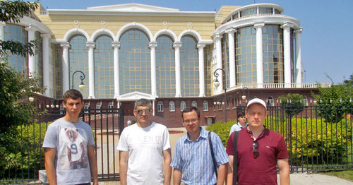 "Igor Stenin (second to the right) with his support group near the Astrakhan Regional Court. Astrakhan, July 2016. Photo by Yelena Grebenyuk for the ""Caucasian Knot"""