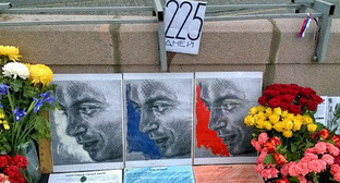 "Flowers and portraits at Nemtsov's murder site. Photo by Vyacheslav Feraposhkin for the ""Caucasian Knot"""