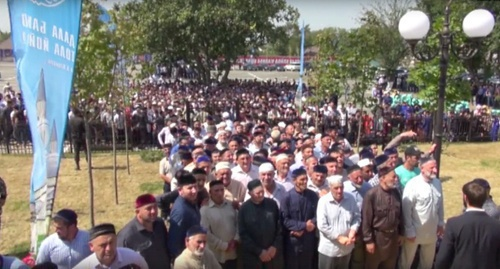 The believers gathered in front of a new mosque opened in Chechnya. Screenshot of a video at Ramzan Kadyrov's page on VKontakte, vk.com/ramzan