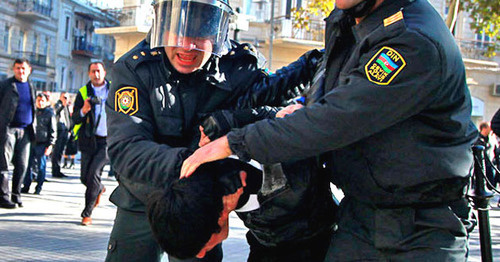 Policemen disperse opposition protest action, Baku, December 10, 2012. Photo by Aziz Karimov for the 'Caucasian Knot'.