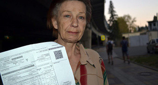 "Praskovya Degtereva with a payslip addressed to the new apartment owner. Photo by Svetlana Kravchenko for the ""Caucasian Knot"""