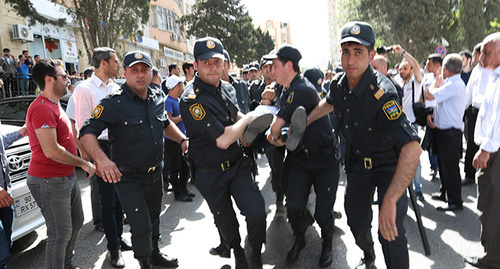 Policemen detain protester in Baku, May 30, 2015. Photo by Aziz Karimov for the 'Caucasian Knot'.