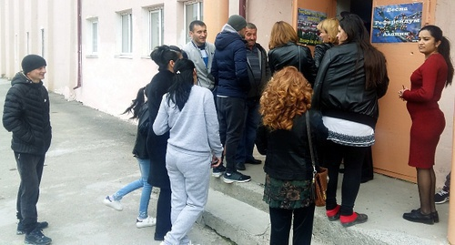 Voters stand in line at pollins station in Tskhinvali. Photo by Arsen Kozaev for the 'Caucasian Knot'.