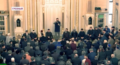 Meeting at the central mosque of Grozny. Screenshot of video reportage by Grozny TV, youtube.com/watch?v=X9y33aVauUI