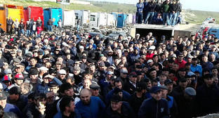 Meeting of truck drivers protesting against 'Platon' system with authorities, Manas, April 28, 2017. Photo by Ilyas Kapiev for the 'Caucasian Knot'.