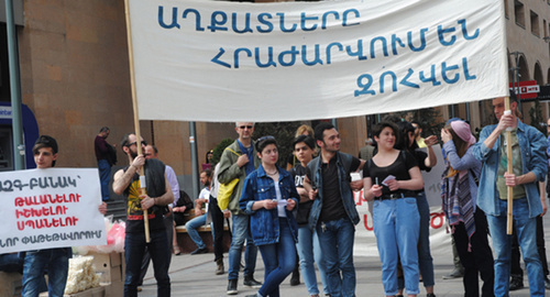 """Anti-demonstration of May 1"", May 1, Yerevan, a poster saying: ""The poor refuse to perish!"" Photo http://epress.am/2017/05/01/%D5%84%D5%A1%D5%B5%D5%AB%D5%BD%D5%B4%D5%A5%D5%AF%D5%B5%D5%A1%D5%B6-%D5%A5%D6%80%D5%A9%D5%A8-%D4%B5%D6%80%D6%87%D5%A1%D5%B6%D5%B8%D6%82%D5%B4.html"