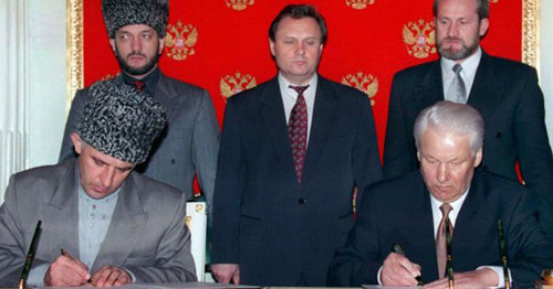 Russian President Boris Yeltsin and Aslan Maskhadov, President of the Chechen Republic of Ichkeria, sign Treaty on Peace and Principles of Relations between Russia and Chechnya. Screenshot: http://yeltsin.ru/archive/video/71088/