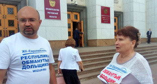 Deceived real estate shareholders at the entrance to the Legislative Assembly of the Rostov Region, Roston-on-Don, June 22, 2017. Photo by Konstantin Volgin for the Caucasian Knot.