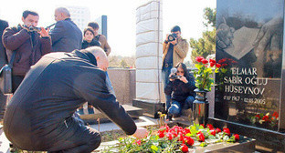 Laying of flowers to the tombstone of Elmar Guseinov, Baku, March 2013. Photo by Aziz Karimov for the Caucasian Knot.