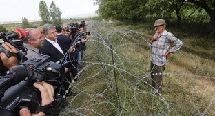 Petro Poroshenko at the border with South Ossetia. Photo: http://www.president.gov.ua/ru/news/mi-budemo-borotisya-shob-likviduvati-kolyuchi-droti-preziden-42510