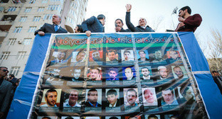 Participant of Baku protest action holds portraits of political prisoners, April 2017. Photo by Aziz Karimov for the Caucasian Knot.