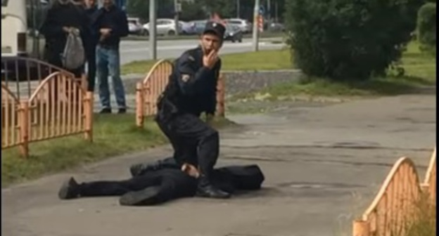 Detention of the attacker in Surgut. Screenshot: https://www.youtube.com/watch?v=mtfRsSPh5fI