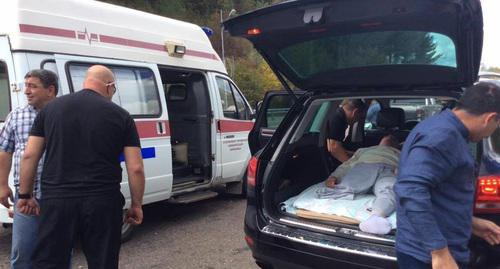 Ruslan Gvashev was transported from the ambulance vehicle to the car because of the law enforcers' actions. October 3, Sochi. Photo: https://www.facebook.com/photo.php?fbid=1359780750810791&set=a.209894575799420.42942.100003366370326&type=3&theater