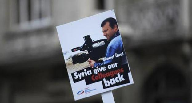 A poster with a demand to bring back journalist Cuneyt Unal who disappeared in Syria. Istanbul, September 4, 2012. Photo: REUTERS/Murad Sezer