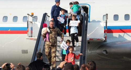 Passengers brought from Syria to Grozny on November 13. Photo: grozny-inform.ru