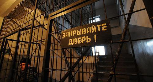 'Close the door!' sign in a prison. Photo: Elena Sineok, Yuga.ru, https://www.yuga.ru/news/423259/