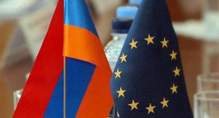 Flags of Armenia and EU. Photo: http://vpoanalytics.com/2017/09/26/soglashenie-armenii-s-es-prostranstvo-neponimaniya-ili-koridor-vozmozhnostej/