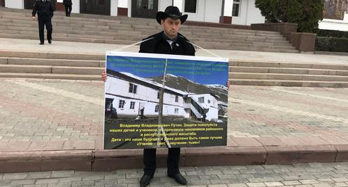 Ramazan Abdulkarimov holds solo picket. Photo by Patimat Makhmudova for the Caucasian Knot.