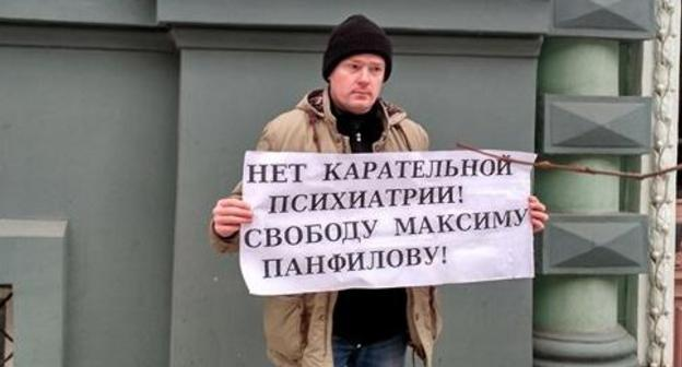 Alexei Tyurin holds solo picket in support of Maxim Panfilov. Photo by Elena Grebenyk for the Caucasian Knot.