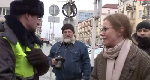 Ksenia Sobchak tells policeman about provocateurs. Screenshot of video https://www.youtube.com/watch?v=wb0r_QCeIbM&t=1784s