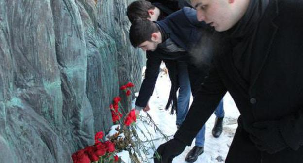 "Laying flowers at the memorial ""Wall of Sorrow"". Moscow, February 22, 2018. Photo by Gor Alexanyan for the ""Caucasian Knot"""