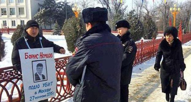 Journalist Vitaly Kadaev holds solo pickets in memory of Boris Nemtsov, Elista, February 27, 2018. Photo is provided to the Caucasian Knot by Valery Badmaev.