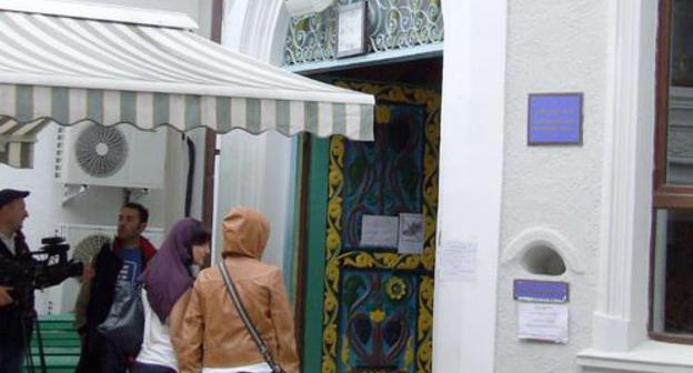 "Women near the entrance to a mosque in Batumi. September 2013. Photo by Edita Badasyan for the ""Caucasian Knot"""