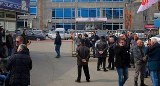 "People at ""Rustavi-2"" TV Channel building. Photo: © Sputnik / Alexander Imedashvili https://sputnik-georgia.ru/incidents/20180319/239726876/Shutka-o-Hriste-privela-k-besporjadkam-u-zdanija-telekanala-v-Tbilisi.html"