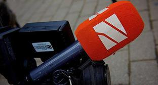 Microphone and camera of 'Rustavi-2' filming team. Photo: © Sputnik / Alexander Imedashvili https://sputnik-georgia.ru/reviews/20170722/236727499/Pochemu-TV-Rustavi-2-ne-platit-nalogi.html