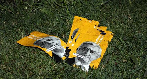 Leaflets against Serzh Sargsyan's premiership. Photo by Tigran Petrosyan for the Caucasian Knot