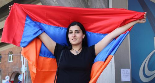 Young woman with Armenian flag, April 23, 2018. Photo by Tigran Petrosyan for the Caucasian Knot.