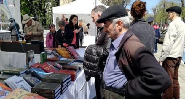 Vladikavkaz resident at book fair, April 23, 2018. Photo by Emma Marzoeva for the Caucasian Knot.
