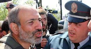 Nikol Pashinyan talks with policemen. Photo by Tigran Petrosyan for the Caucasian Knot.