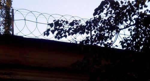 Barbed wire on the roof. Photo by Nina Tumanova for the Caucasian Knot.