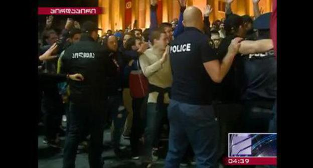 The police officers and protesters in Tbilisi. May 12, 2018. Screenshot of the report by the Rustavi TV Channel http://rustavi2.ge/en/news/103763