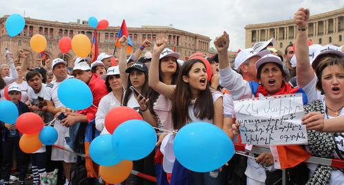 "Nikol Pashinyan's supporters observe the results of voting in the Parliament. Yerevan, May 8, 2018. Photo by Tigran Petrosyan for the ""Caucasian Knot"""