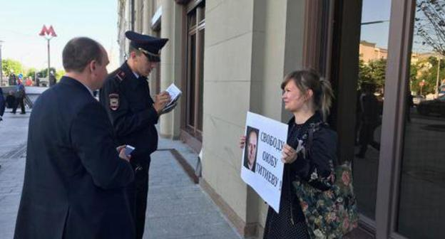 Solo pickets in defence of Oyub Titiev, Moscow, May 21, 2018. Photo by Rustam Djalilov for the Caucasian Knot.